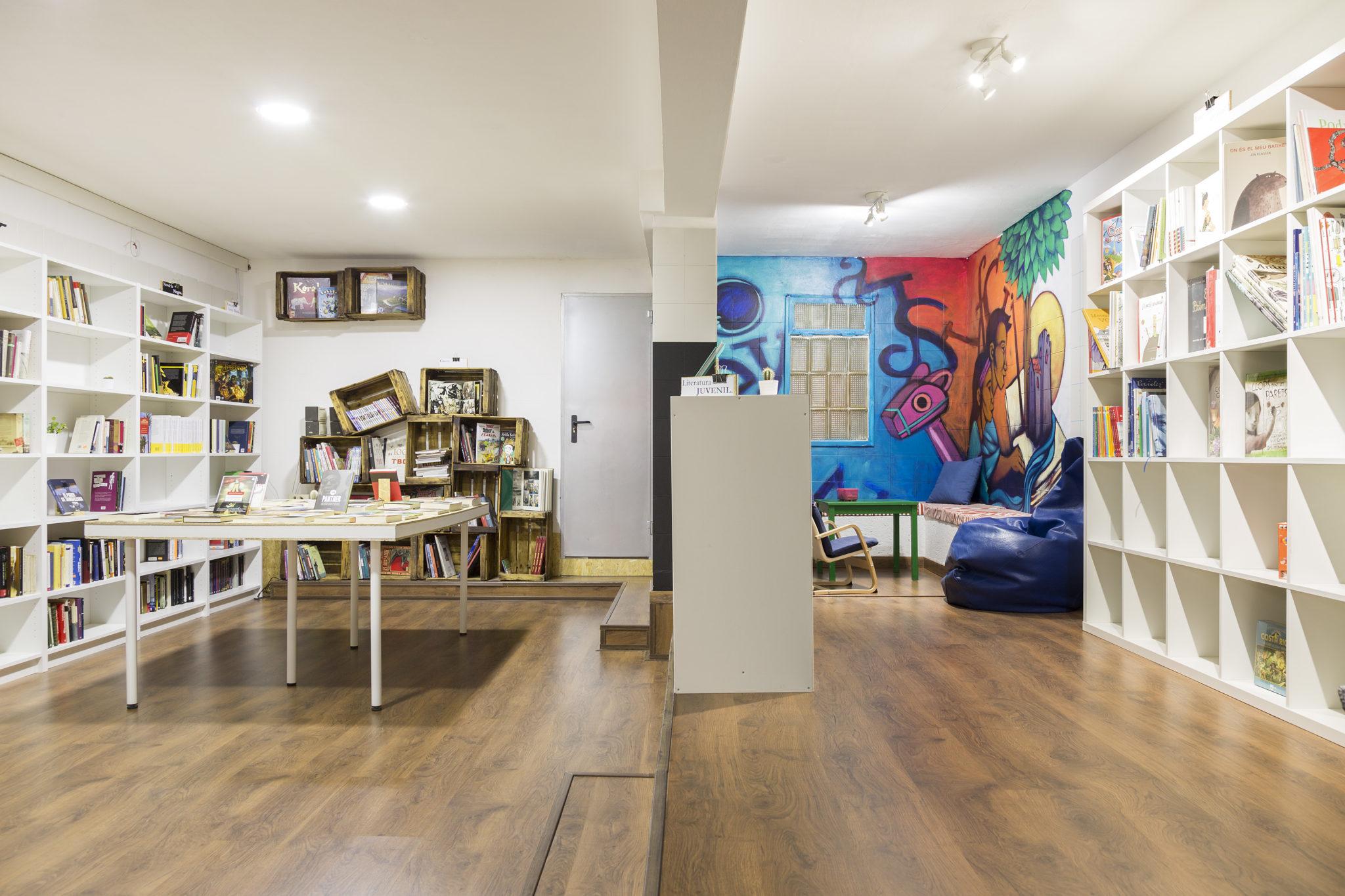 Fons de llibres, sala d'activitats i espai infantil a La carbonera llibreria